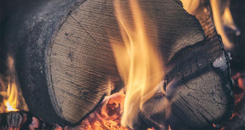 Bûche de bois compressée ou traditionnelle: Comment choisir ?